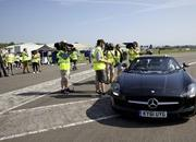 david coulthard sets record by catching a golf ball with a mercedes sls amg roadster-458585