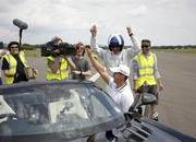 video mercedes releases david coulthard 8217 s record-setting golf ball catch with the sls amg roadster-461820